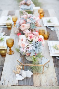 Centerpiece with gold glass and pink roses